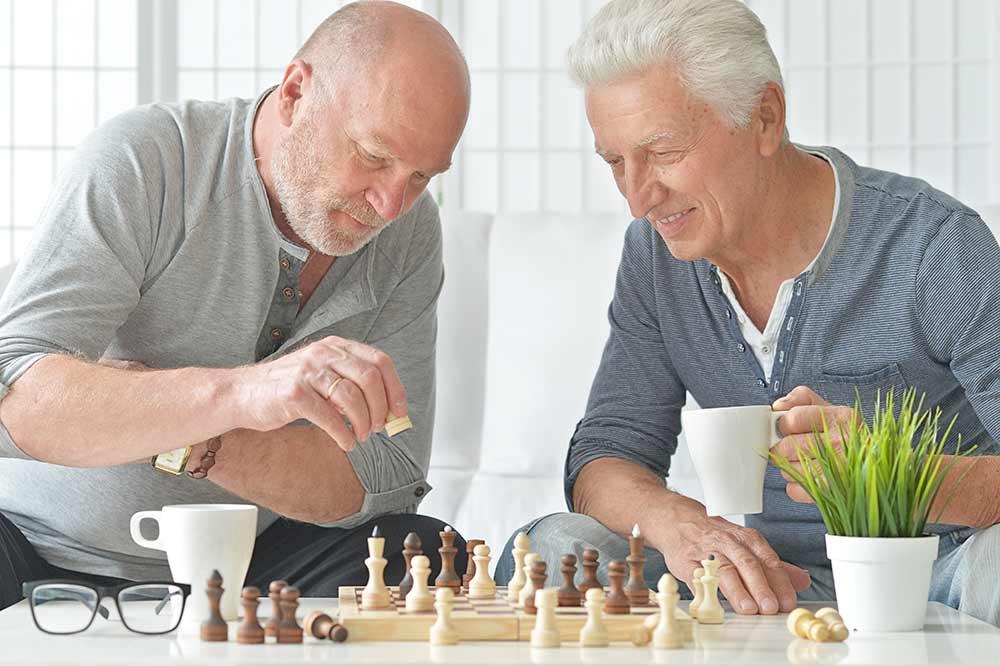 Seniors en pleine partie d'echecs